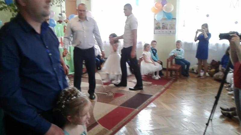 танець татусів і їх донечок