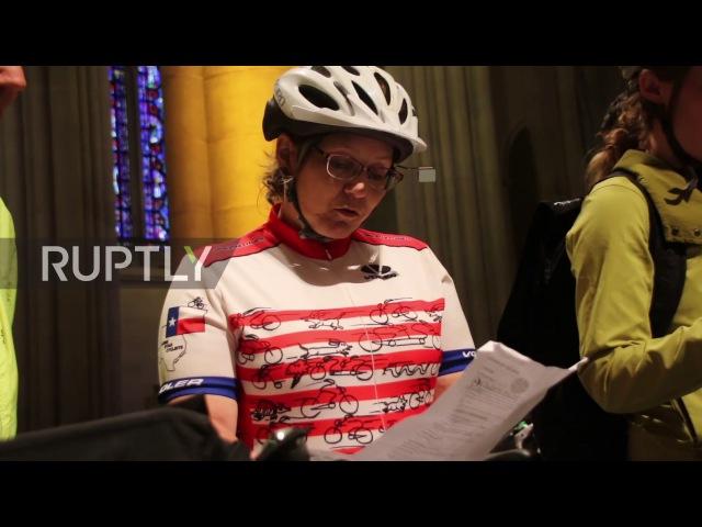 США: Отец, сын и святой велосипед... Церковь благословляет велосипедистов перед Пятым Вело Боро, Нью-Йорк.