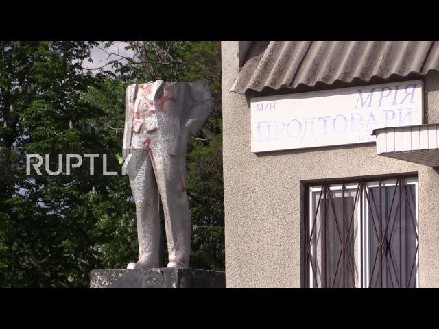 Украина: Вандалы уничтожают статую Ленин, граффити «Слава Украине» на революционном бюсте.