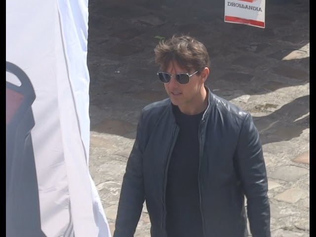 TOM CRUISE IS WALKING LIKE NO ONE IS WATCHING ON THE MOVIE SET OF MISSION IMPOSSIBLE 6 2017.05.15
