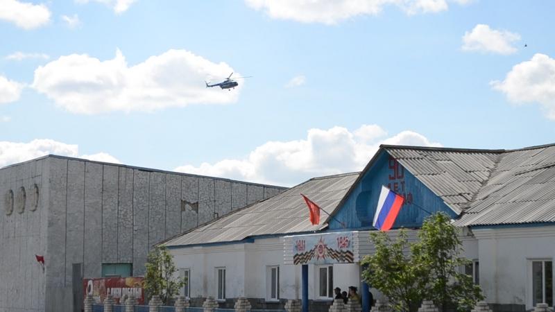 Виктор Зубков на вертолете пролетает над селом Сафакулево