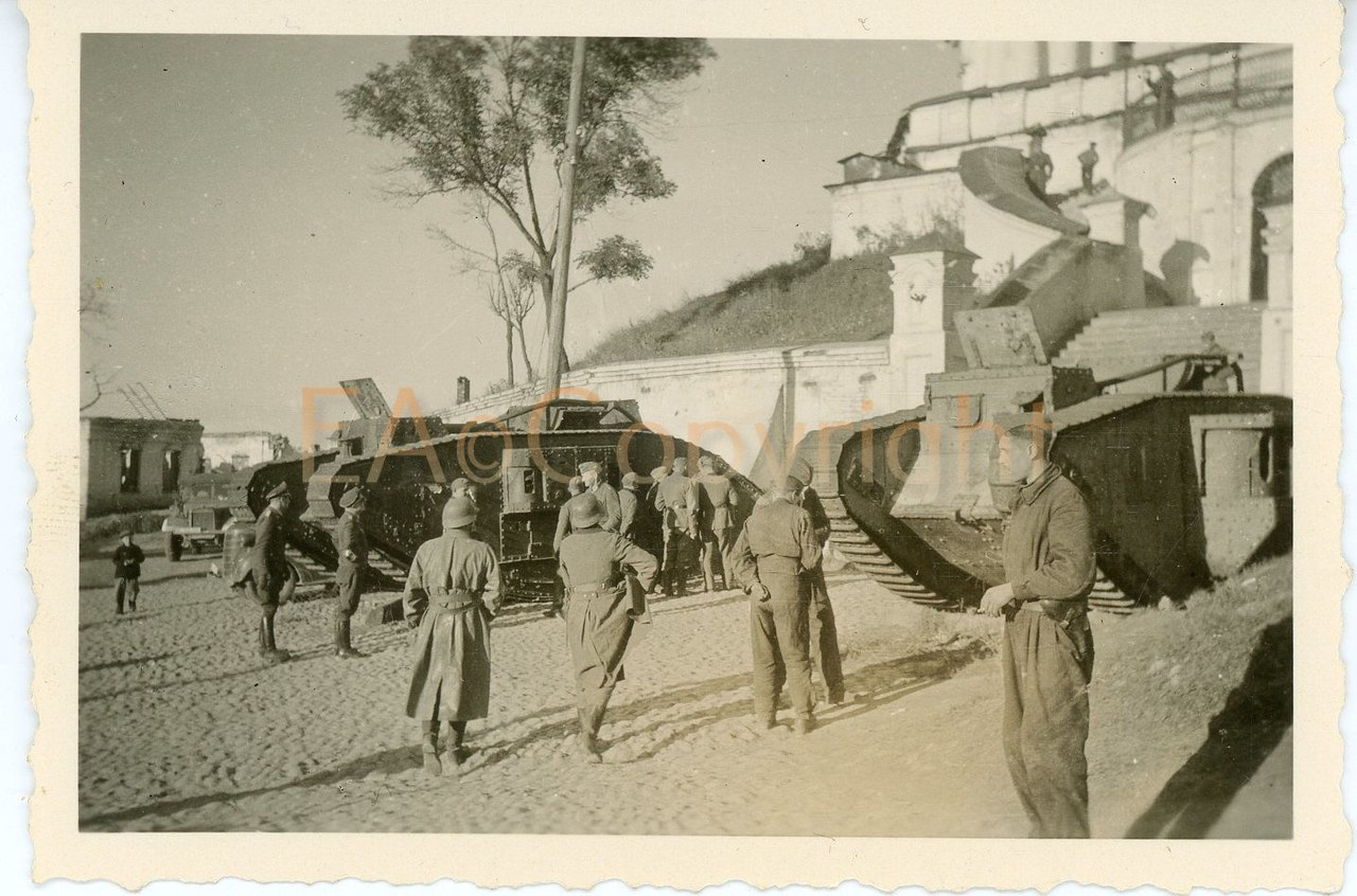 """Немецкие солдаты у """"ромбов"""" стоящих у входа в собор.г.Смоленск."""
