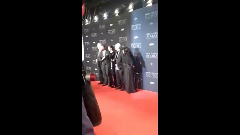 Team Fifty se juntando para tirar fotos quando chegaram na premiere