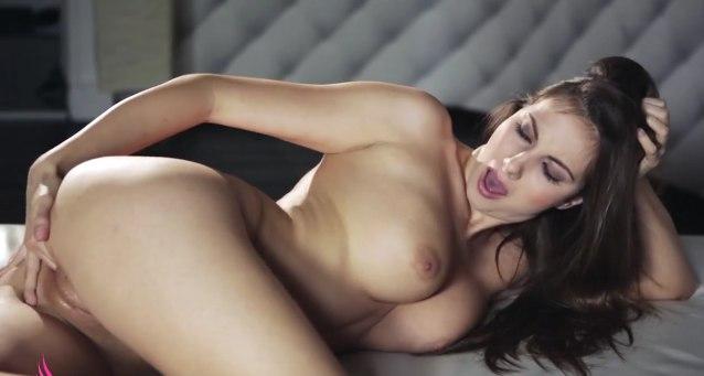 Нежная и красивая мастурбация шаловливой девушки