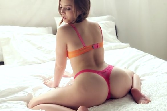 Девушка в масле ласкает своё тело фото 42-624