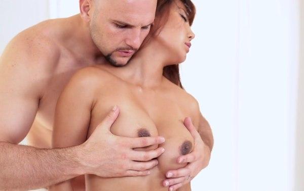 Азиатская массажистка Tiffany Rain жадно трахается с клиентом