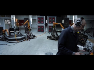 Новозеландский музыкант Найджел Стэнфорд собрал группу, состоящую из промышленных роботов