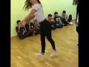 нереально круто танцует