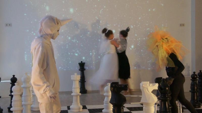 Алиса в зазеркалье Танец Белой и Черной Королевы