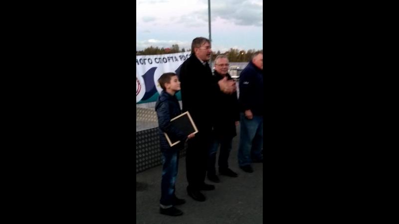 Алексей Ишутин вручает Николаю Мневу благодарность от Мутко и т.д.