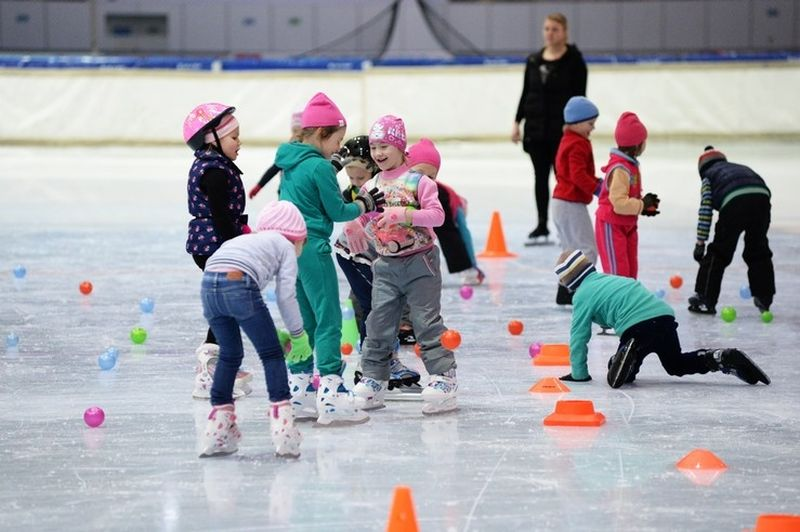 Малыши из детского сада осваивают лёд Конькобежного центра «Коломна», фото Коломна Спорт