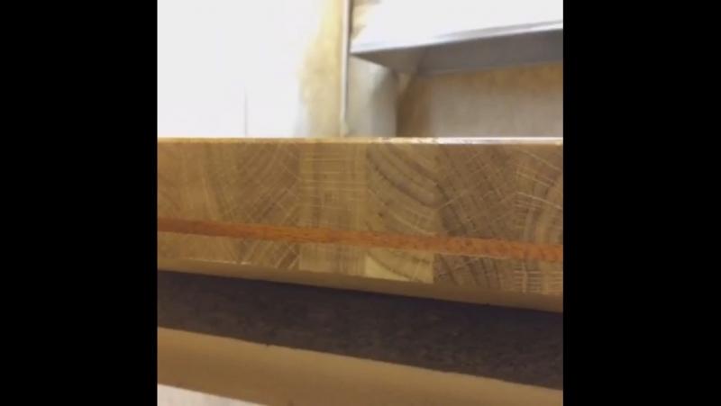 Процесс покрытия маслом мебели для ванной комнаты, выполненая из массива дуба и вставками из красного дерева.