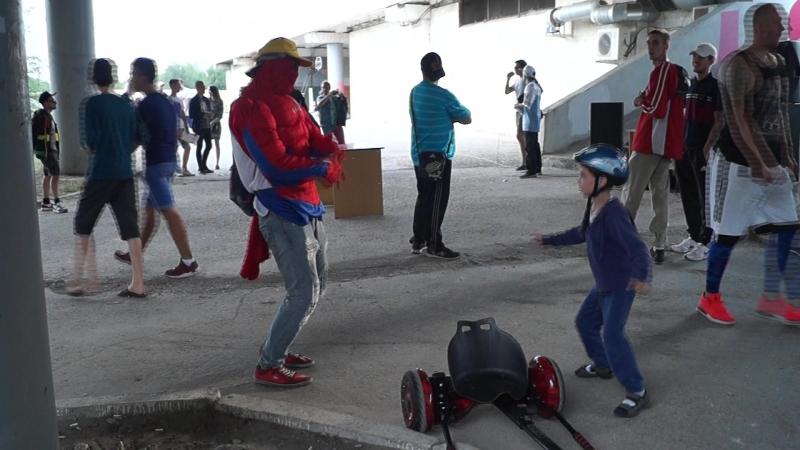 Олег танцует с человеком пауком STREET PULSE 2017