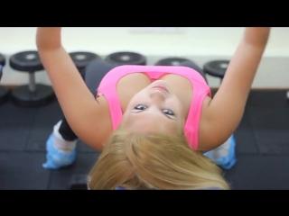 Хороший вид молодой фитоняшки девушка спортсменка большие упругие сиськи куколка киска качается титьки дойки шары красивая телка