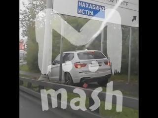 В Красногорске водитель BMW X3 застрял между столбов, объезжая пробку по тротуару