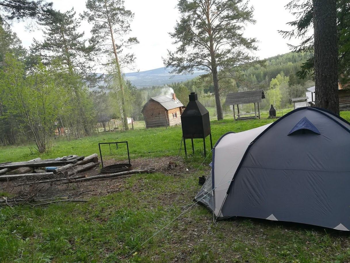 Места для палаток рядом с костровищами. Кордон у трех вершин