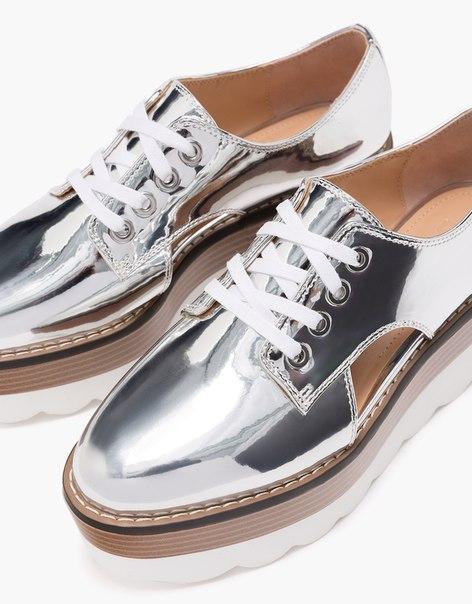 Туфли на металлизированной платформе с отверстиями