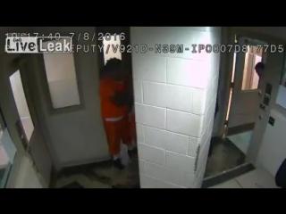 Заключенный попытался задушить охранника, удивительно, что другие заключенные помогли охраннику