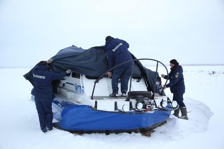 Спасатели нашли пропавших рыбаков и спасли мужчину на льдине