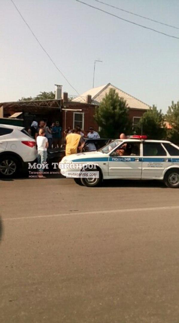 В Таганроге пьяный водитель «ВАЗа» в результате полицейский погони врезался в Hyundai