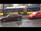 На Лукьяновке не может проехать троллейбус из-за мудилы на Prado, всё стоит