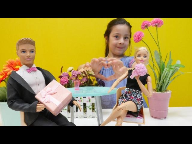 Ken Barbieye EVLİLİK teklifi ediyor👰🏼🤵🏼. YÜZÜK alıyoruz💍! aileoynu videosu izle