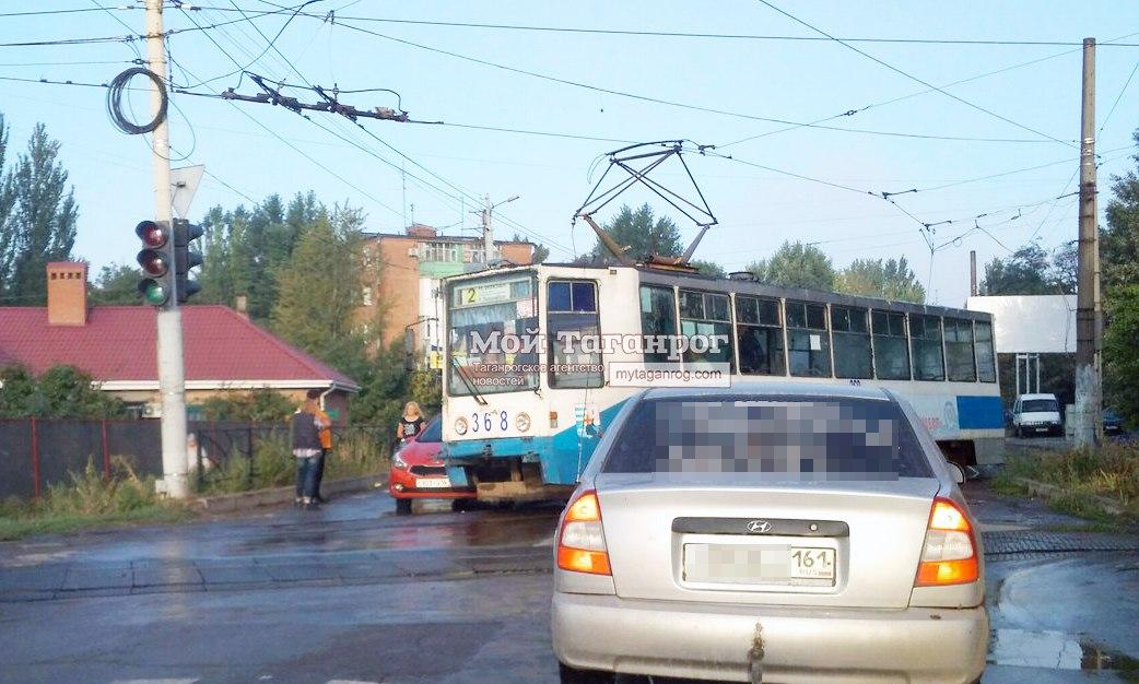 В Таганроге трамвай №2 протаранил автомобиль Kia
