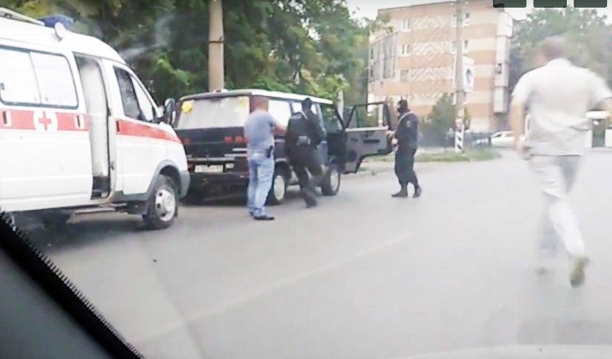 Полицейские записали видео задержания двоих мужчин, продавших таганрожца на органы за 1,5 млн рублей