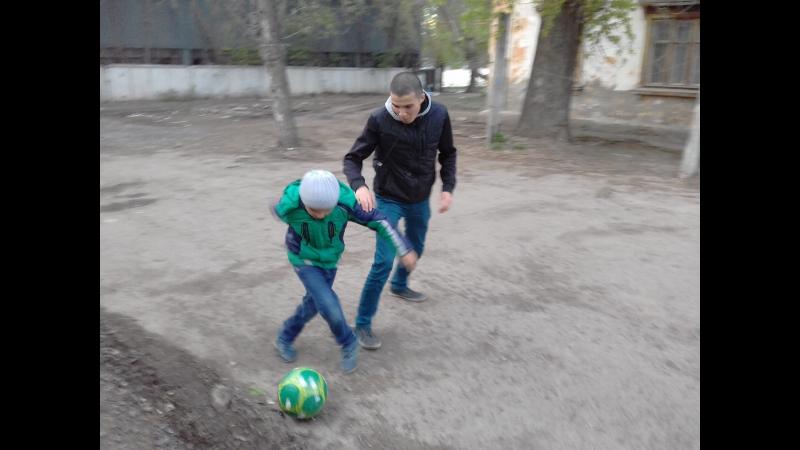 Рушан менән Айбулат футбол уйнайҙар