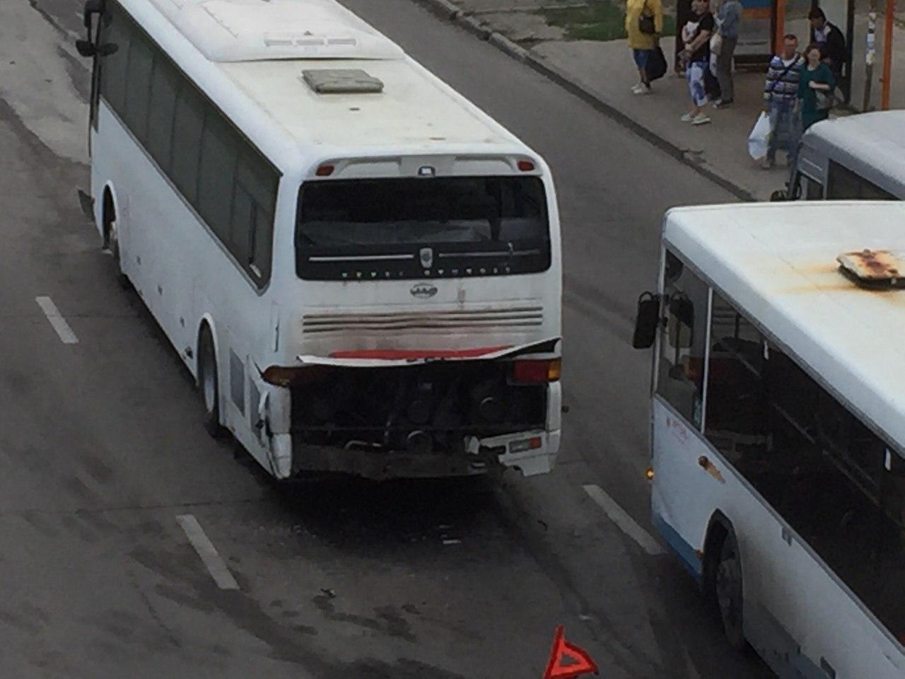 Четыре автобуса, перевозивших детей из Таганрога, столкнулись в донской столице