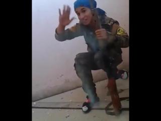 Девушка снайпер чуть не получила пулю в лоб, смеётся - СИРИЯ