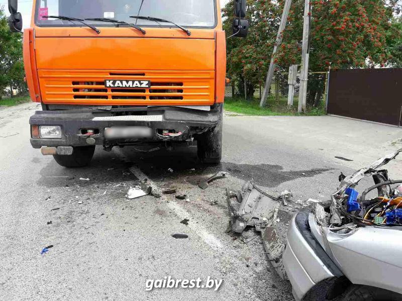 В лобовом столкнулись Opel и КАМАЗ: пострадала девушка