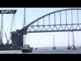 Под аркой Крымского моста прошли около 200 яхт