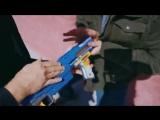 Джон Уик с игрушечными пистолетами