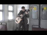 Гитарист музицирует на самодельной 12-струнной гитаре 01.02.2015 в электричке на Павл...