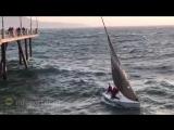 Штормовая волна перевернула яхту с экстремалами в Калифорнии.