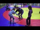 Вольная борьба. Девочки обучаются приёмам борьбы.