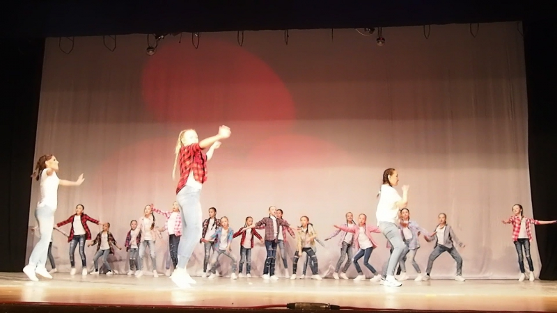 Первый отчетный концерт в ГДК студия танца AirKim Наша звездочка справа