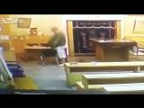 Мужчина мочится на священные книги в синагоге