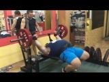 Иван Подрез, жмёт 220 кг на 2 повтора без экипировки!
