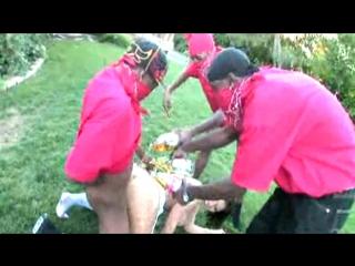 Нигеры из банды грабанули бизнесмена и трахнули его секретаршу [эро гангста-клип]18+18+18+