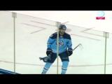 Алексей Глухов поднимает выброшенный болельщиком шарф