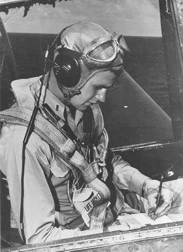 Будущий президент США Джордж Буш в своем «Эвенджере» на авианосце «Сан-Хасинто». 1944 год.
