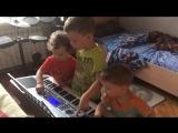 Тёмка, Марк и Тимурка играют на синтезаторе