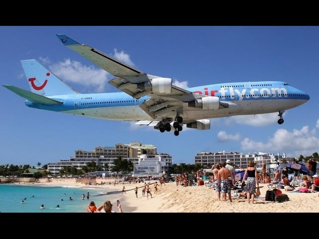 Самый экстремальный пляж в мире Maho Beach остров Сен Мартен Карибы Под крылом самолета