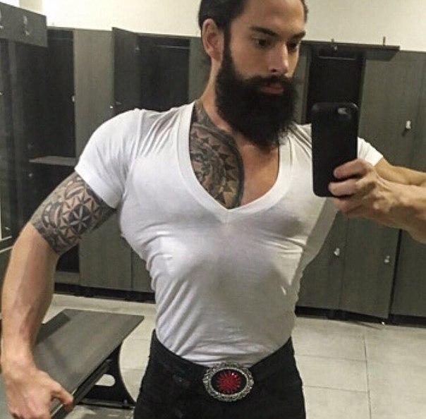 Жопу накаченный парень с волосатой грудью напоили