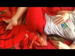 Legs, bare feet, bead and plumelet, сексуальная девочка няшится на кровати
