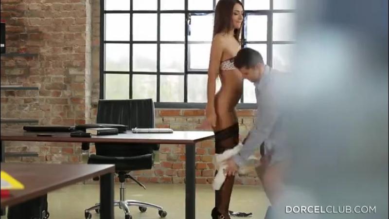 Порно и секс фото похожее на Голая бухгалтерша на работе (15 фото)