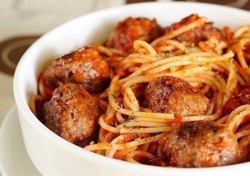 Спагетти с мясными шариками в томатном соусе Ингредиенты: Лук