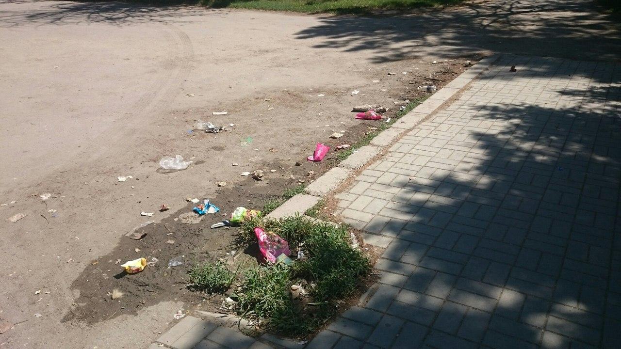 Жители Армянска жалуются на свалку возле супермаркета